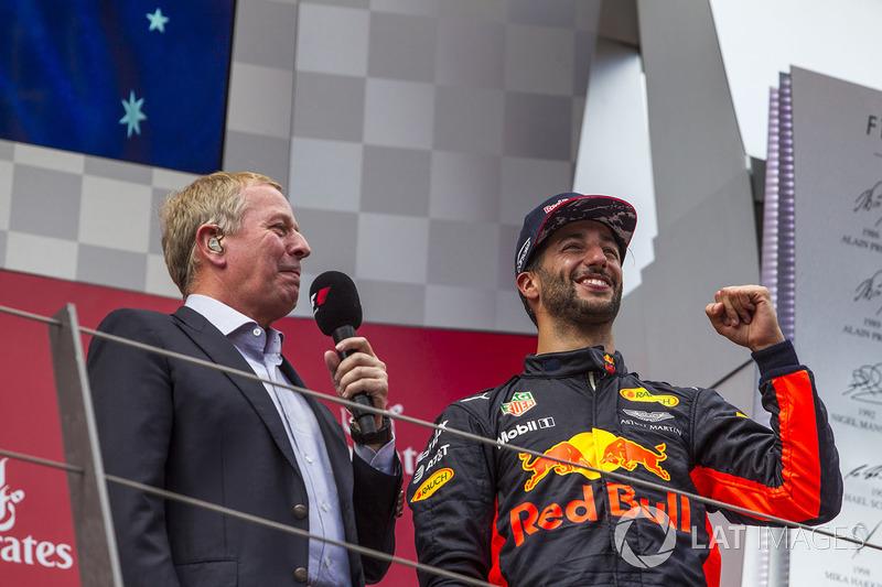 Подиум: Даниэль Риккардо, Red Bull Racing, и комментатор Sky TV Мартин Брандл
