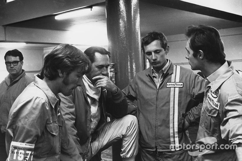 Jack Brabham, Brabham BT33 Ford, discute avec un jeune Ron Dennis dans les stands