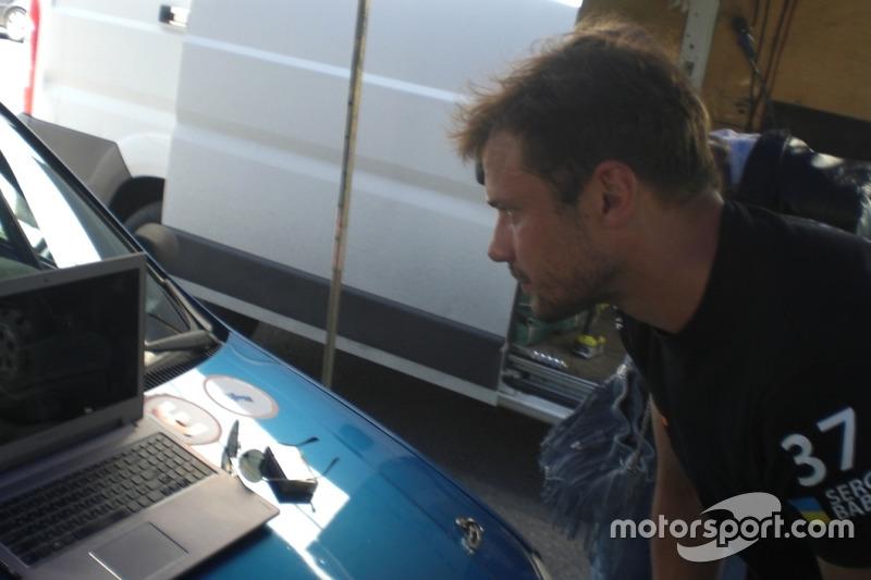 Сергій Бабак дивиться відео аварії