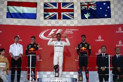 Temporada 2017 F1-japanese-gp-2017-race-winner-lewis-hamilton-mercedes-amg-f1-max-verstappen-red-bull-sec