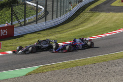 Romain Grosjean, Haas F1 Team VF-17 e Pierre Gasly, Scuderia Toro Rosso STR12 in battaglia