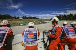 Oficiales de pista ven a Lewis Hamilton, Mercedes AMG F1 W08, pasar