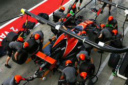 Fernando Alonso, McLaren MCL32, practices a pitstop