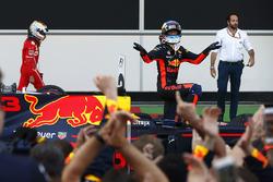 Daniel Ricciardo, Red Bull Racing, celebra su victoria en parc ferme y Sebastian Vettel, Ferrari