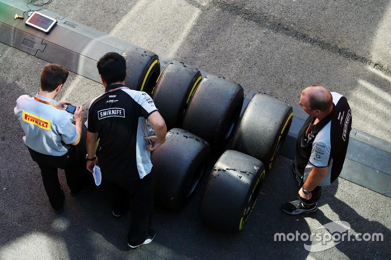 Tecnici della Pirelli con i meccanici del Sahara Force India F1 Team