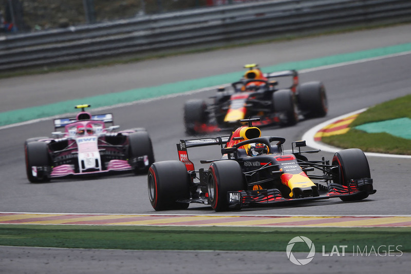 Daniel Ricciardo, Red Bull Racing RB14, por delante de Esteban Ocon, Racing Point Force India VJM1, y Max Verstappen, Red Bull Racing RB14