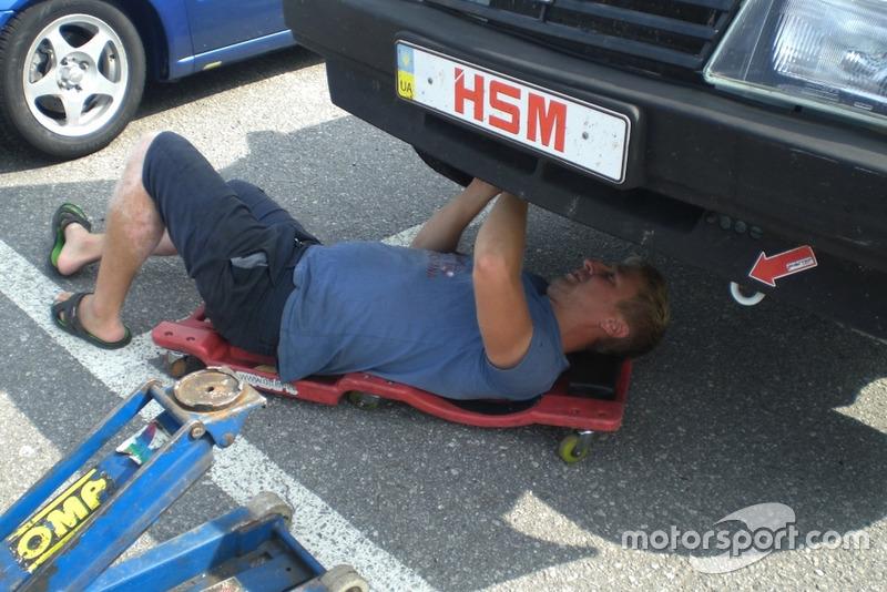 Механік команди Sport Car Service за роботою