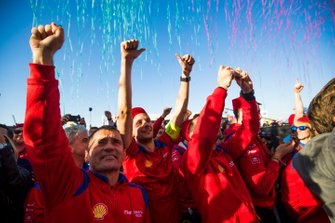 Les membres de Mahindra Racing fêtent la victoire