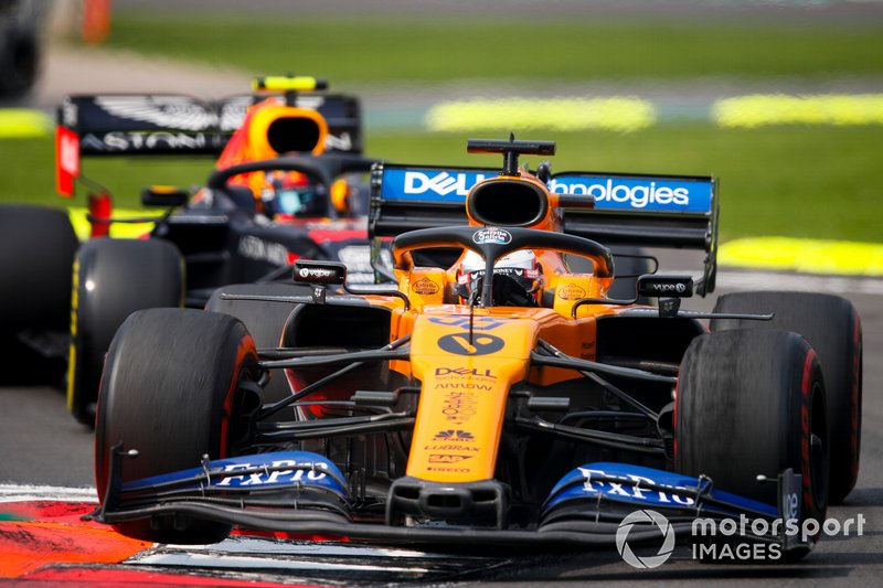 Carlos Sainz Jr., McLaren MCL34 et Alex Albon, Red Bull RB15