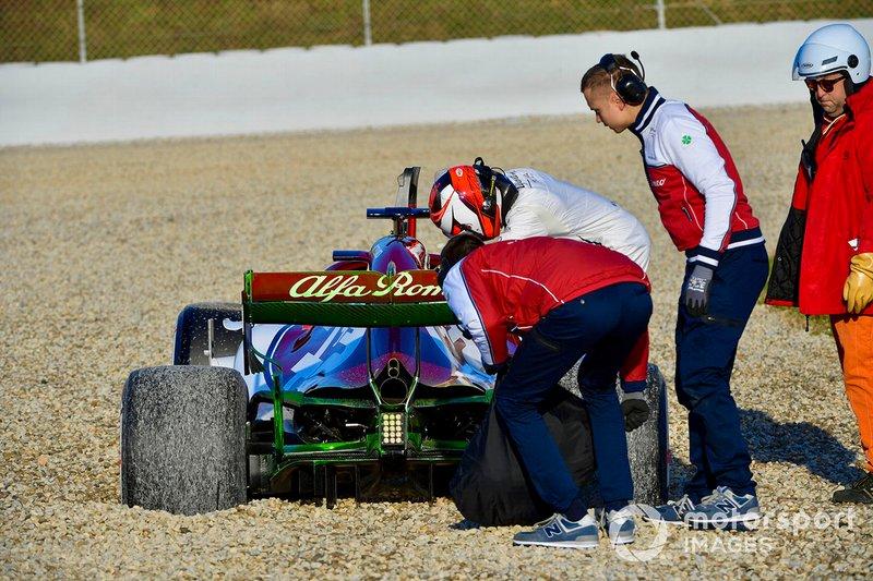 Kimi Raikkonen, Alfa Romeo Racing C38, hace trompo