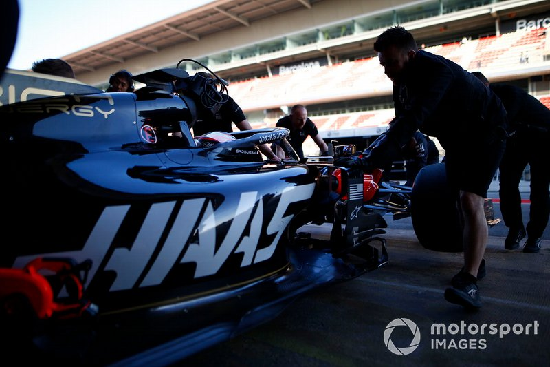 Haas F1 mechanics and Romain Grosjean, Haas F1 Team VF-19