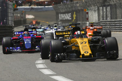 Нико Хюлькенберг, Renault Sport F1 RS17, и Даниил Квят, Scuderia Toro Rosso STR12