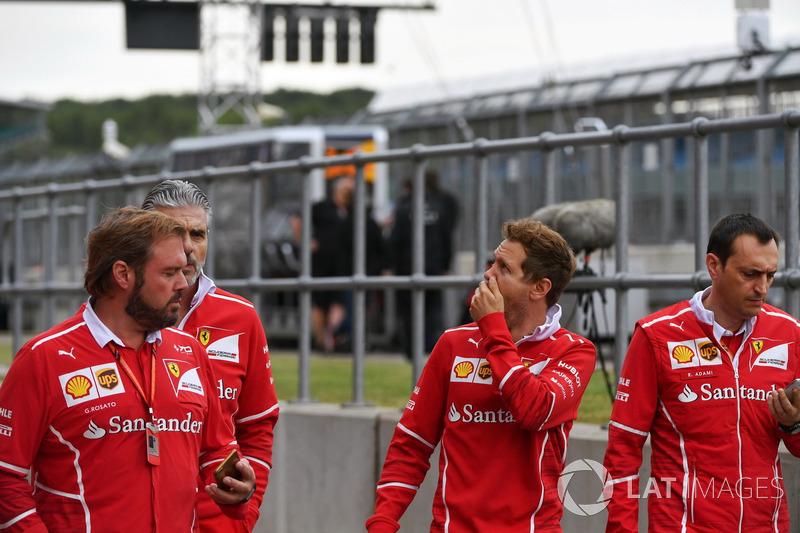 Sebastian Vettel, Ferrari; Riccardo Adami, Ferrari-Renningenieur; Gino Rosato, Ferrari; Maurizio Arrivabene, Ferrari-Teamchef