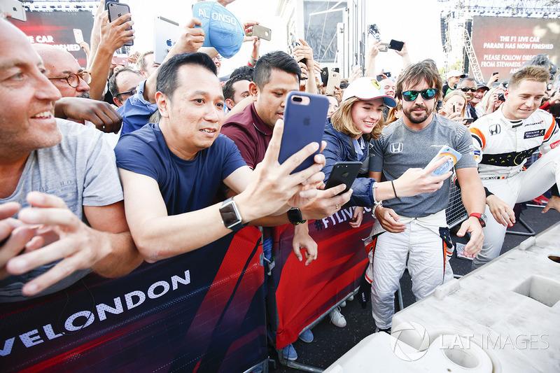 Фернандо Алонсо вітається з фанами