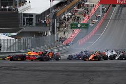 Max Verstappen, Red Bull Racing RB13 choca al inicio de la carrera