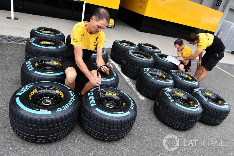 Механіки Renault Sport F1 Team, шини Pirelli