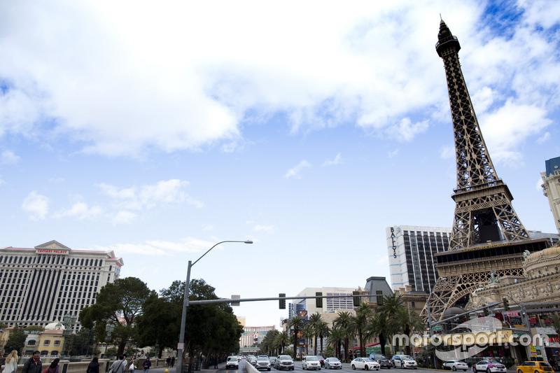 Ambiente de las Vegas Strip, incluyendo réplica Torre Eiffel en el Paris Las Vegas hotel