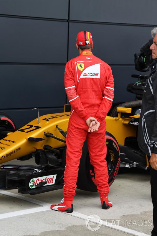 Себастьян Феттель, Ferrari, дивиться на Renault Sport F1 Team RS17