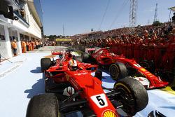 Переможець гонки Себастьян Феттель, Ferrari SF70H, друге місце Кімі Райкконен, Ferrari SF70H, у закритому парку після фінішу на першому та другому місці