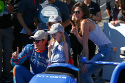 Scott Dixon, Chip Ganassi Racing Honda celebrates winning the Verizon P1 Pole Award with help from wife Emma and daughters Poppy and Tilly