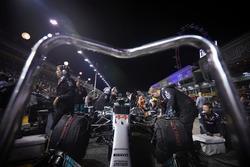 Команда Mercedes AMG F1 готовит к старту W08 Льюиса Хэмилтона
