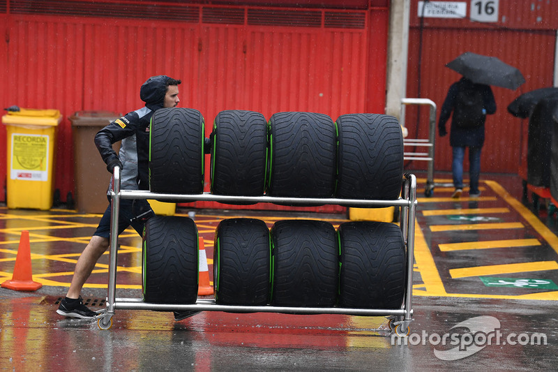 Scuderia Toro Rosso mechanic and Pirelli tyres