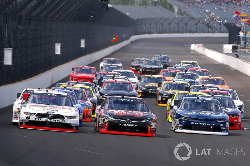 Kyle Busch, Joe Gibbs Racing Toyota, Joey Logano, Team Penske Ford y Brennan Poole, Chip Ganassi Rac
