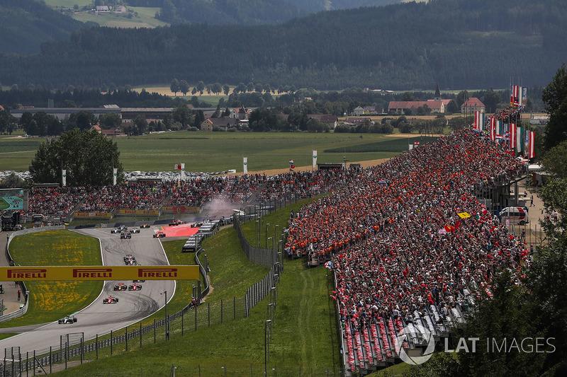 Валттері Боттас, Mercedes AMG F1 W08, лідирує на початку гонки, зіткнення Макса Ферстаппена, Red Bul