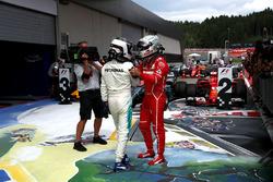 Валттері Боттас, Mercedes AMG F1, святкує перемогу у закритому парку, Себастьян Феттель, Ferrari