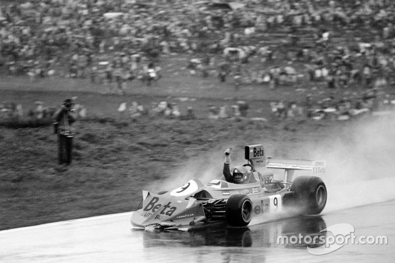 Vittorio Brambilla, March 751-Ford, celebra tras estrellarse después del final