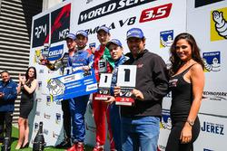 Podio: il vincitore della gara Matevos Isaakyan, AVF, il secondo classificato René Binder, Lotus, il