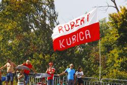 Fans y banderas para Robert Kubica