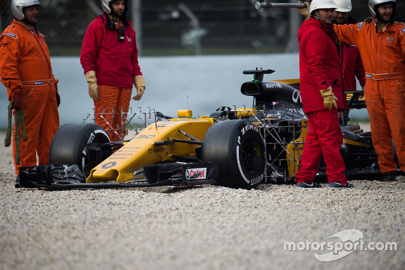 Jolyon Palmer, Renault Sport F1 Team RS17 in the gravel trap