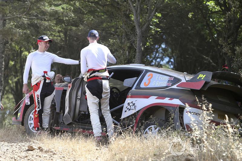 После аварии: Элфин Эванс и Дэниэл Бэрритт, Ford Fiesta WRC