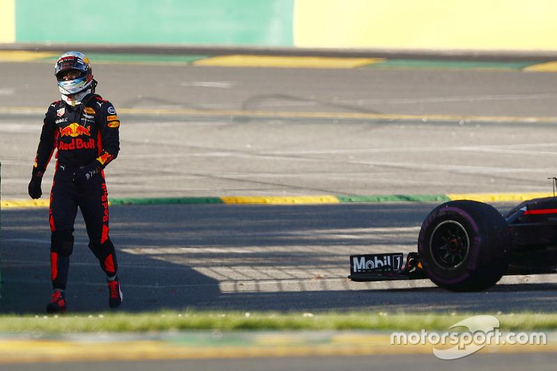 Daniel Ricciardo, Red Bull Racing RB13, aleja de su coche después de parar en la pista