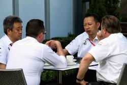Гоночный директор McLaren Эрик Булье, исполнительный директор McLaren Technology Group Зак Браун и руководитель программы Honda F1 Юсуке Хасегава