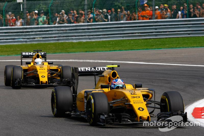 Jolyon Palmer, Renault Sport F1 Team RS16 leads Kevin Magnussen, Renault Sport F1 Team RS16