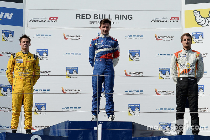 Podium: Sieger Matthieu Vaxivière, SMP Racing; 2. Louis Deletraz, Fortec Motorsports; 3. Tom Dillmann, AVF