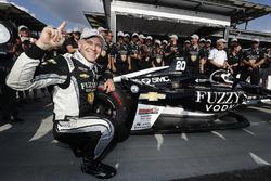 Verizon P1 Pole Award winner Ed Carpenter, Ed Carpenter Racing Chevrolet places the P1 sticker on his car