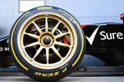 Lotus E22 на 18-дюймовій гумі Pirelli