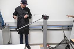 Max Verstappen visita la fábrica de TAG Heuer para lanzar la producción de su propia edición especial de TAG Heuer