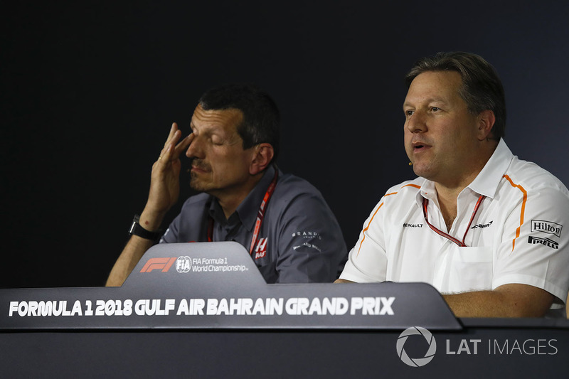 Guenther Steiner, director del equipo de Haas F1 y Zak Brown, director ejecutivo de McLaren en la conferencia de prensa