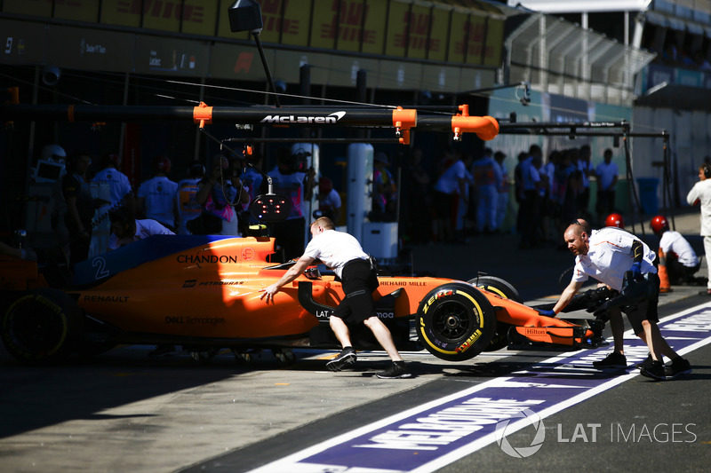 Stoffel Vandoorne, McLaren MCL33 Renault,es devuelto al garaje