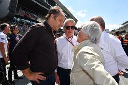 Gerhard Berger, Derek Warwick, Burkhard Hummell, WWP Agency and Bernie Ecclestone, on the grid