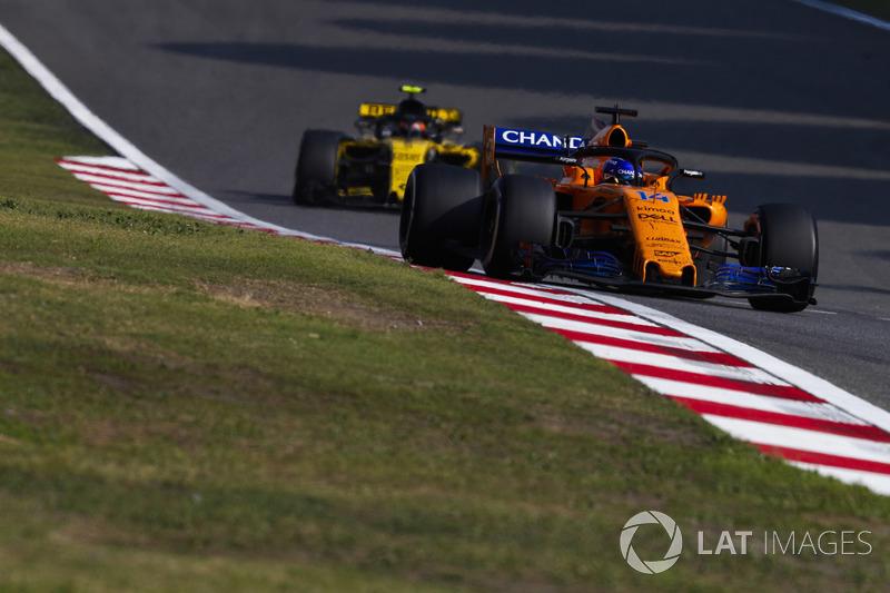 Fernando Alonso, McLaren MCL33 Renault, Carlos Sainz Jr., Renault Sport F1 Team R.S. 18