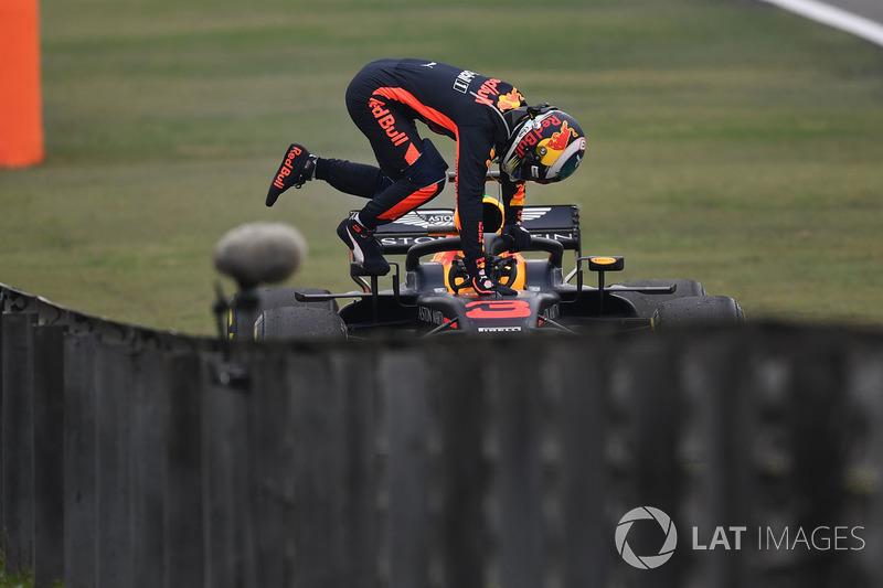 Daniel Ricciardo, Red Bull Racing RB14 stops on track in FP3