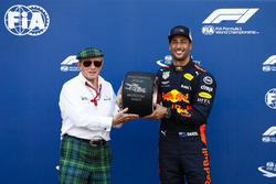 Daniel Ricciardo, Red Bull Racing, recibe el trofeo de la pole position de Pirelli de Sir Jackie Stewart