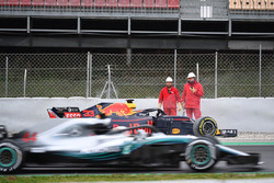 Lewis Hamilton, Mercedes-AMG F1 W09 passes Max Verstappen, Red Bull Racing RB14 in the gravel