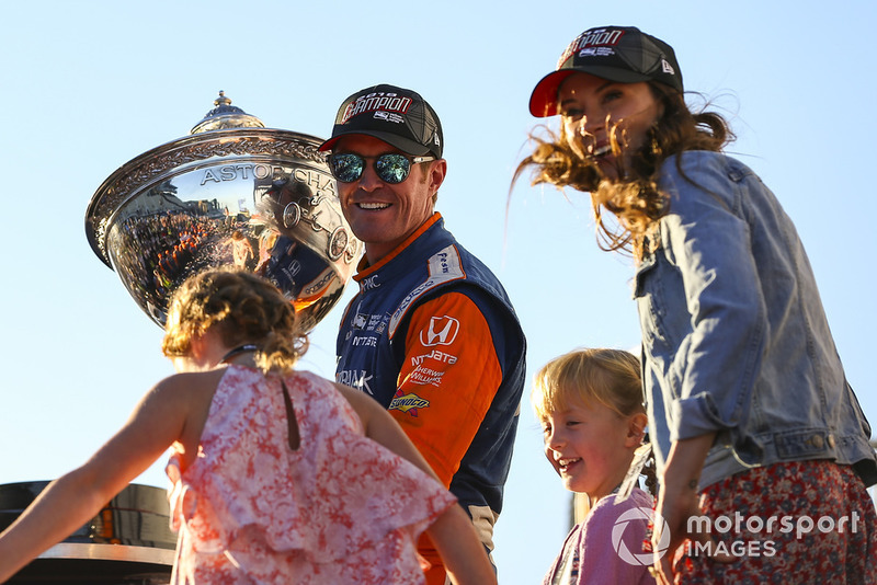 Kampiun IndyCar 2018, Scott Dixon, Chip Ganassi Racing Honda, bersama istrinya, Emma, dan kedua anaknya, Tilly dan Poppy