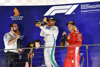 Max Verstappen, Red Bull Racing, Lewis Hamilton, Mercedes AMG F1 e Sebastian Vettel, Ferrari, festeggiano sul podio con lo champagne